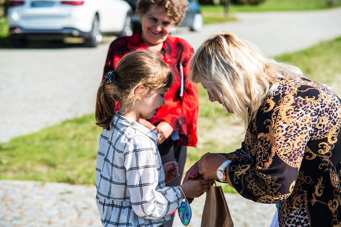 07. Uczestnicy wydarzenia wręczają dzieciom nagrody za udział w konkursie