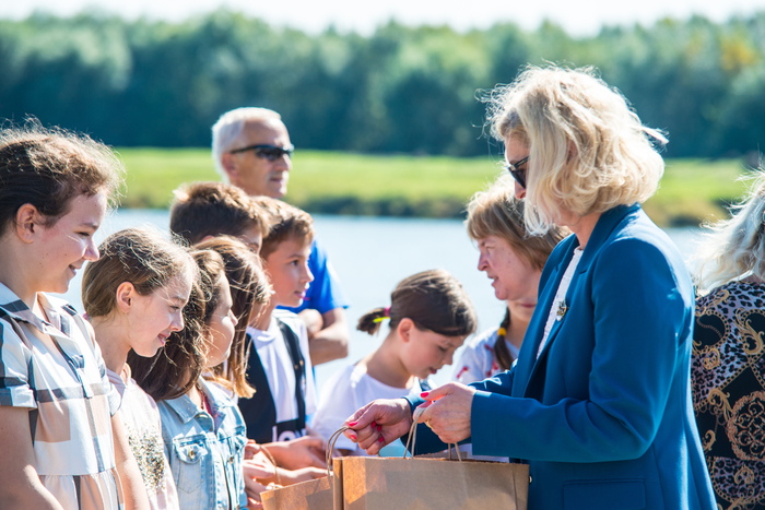 11. Uczestnicy wydarzenia wręczają dzieciom nagrody za udział w konkursie (4)