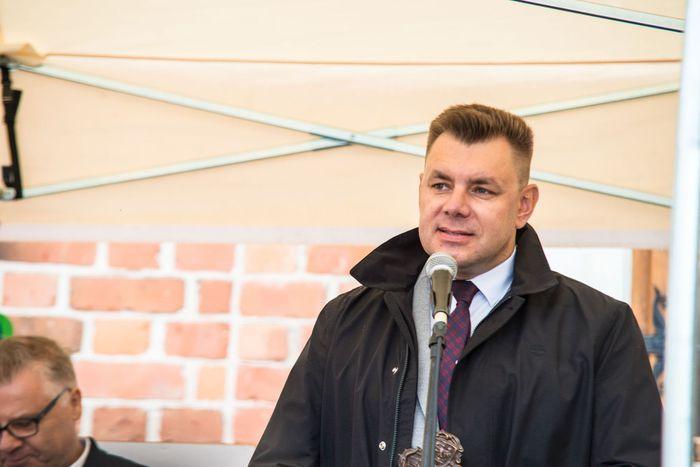 02. Burmistrz Sandomierza wita wszystkich przybyłych gości i zaprasza do wspólnej zabawy