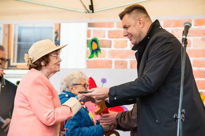 03. Burmistrz Sandomierza wręcza klucz do bram miasta na ręce sandomierskich seniorów