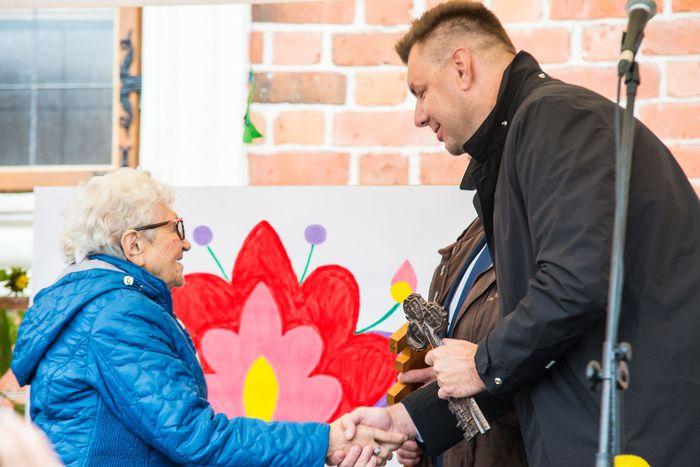 04. Burmistrz Sandomierza wręcza klucz do bram miasta na ręce sandomierskich seniorów