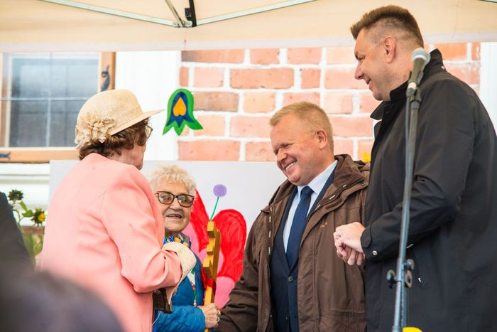 05. Burmistrz Sandomierza wraz z zastępcą wręcza klucz do bram miasta na ręce sandomierskich seniorów