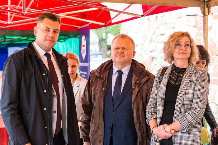 09. Burmistrz Sandomierza wraz z zastępcą oraz sekretarzem miasta