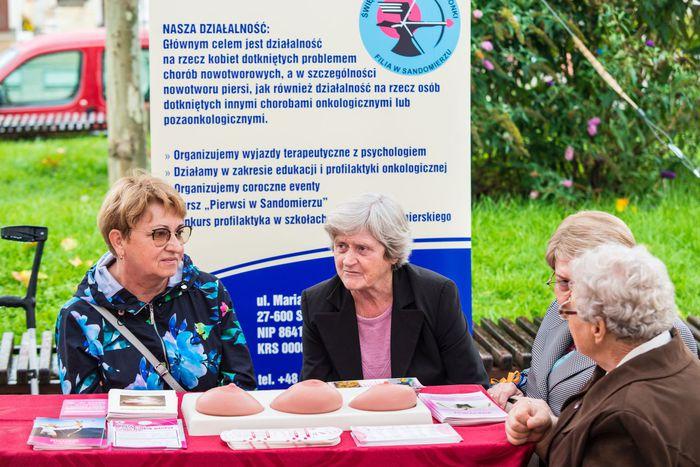 13. Stoisko sandomierskich amazonek wraz z symulatorami wykrywania raka piersi