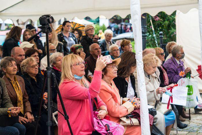 18. Seniorzy pod namiotem oglądają występy artystyczne