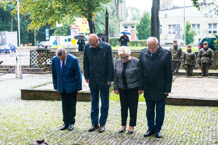 07. Przedstawiciele powiatu sandomierskiego składają wiązanki