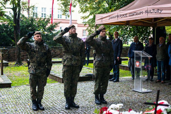 15. Żołnierze WOT oddają salut