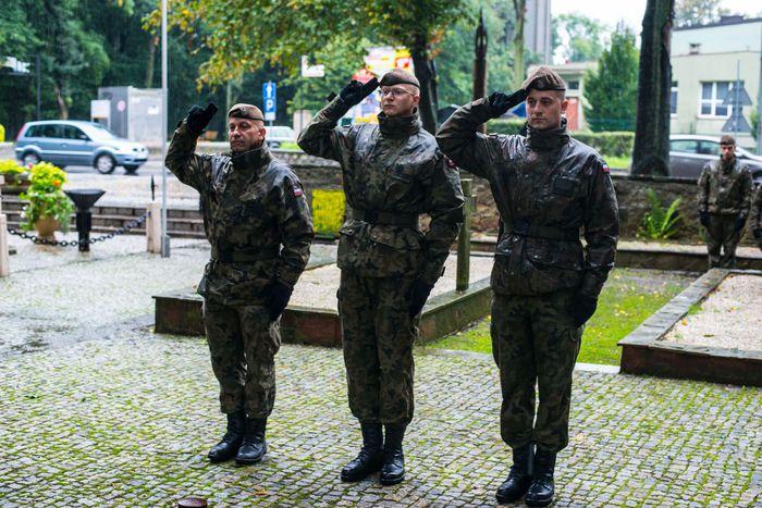 16. Żołnierze WOT oddają salut