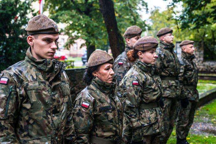 20. Żołnierze WOT stoją w deszczu
