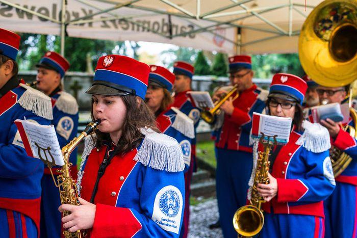 21. Sandomierska Orkiestra Dęta odgrywa pieśni patriotyczne