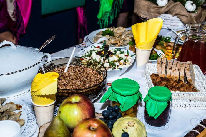 06. Ustawione na stole potrawy z kaszy