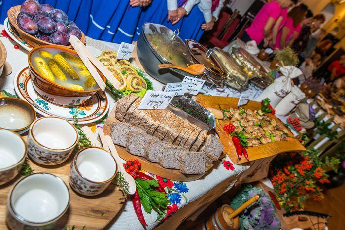 15. Ustawione na stole potrawy z kaszy