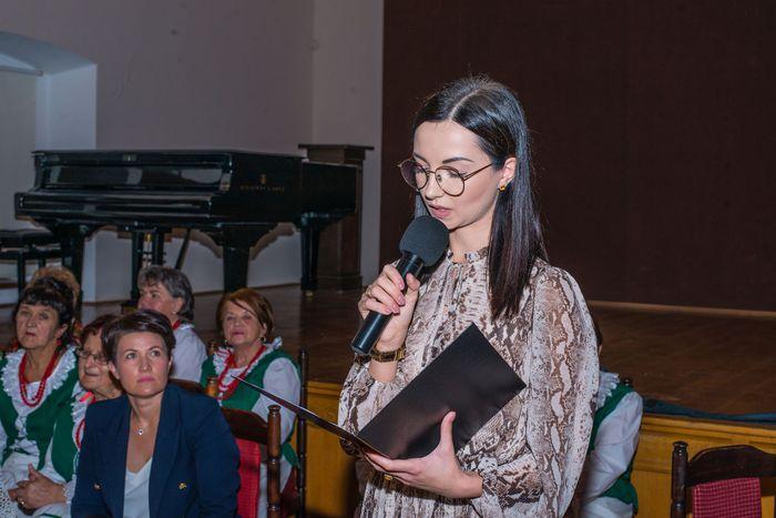 17. Prowadząca wydarzenie kobieta wygłasza swoje przemówienie