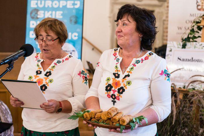 28. Przedstawicielki Gminy Wilczyce przedstawiają  przepis na swoją potrawę