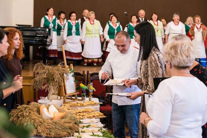 35. Komisja Jury smakuje potraw przygotowanych przez każdą z gmin