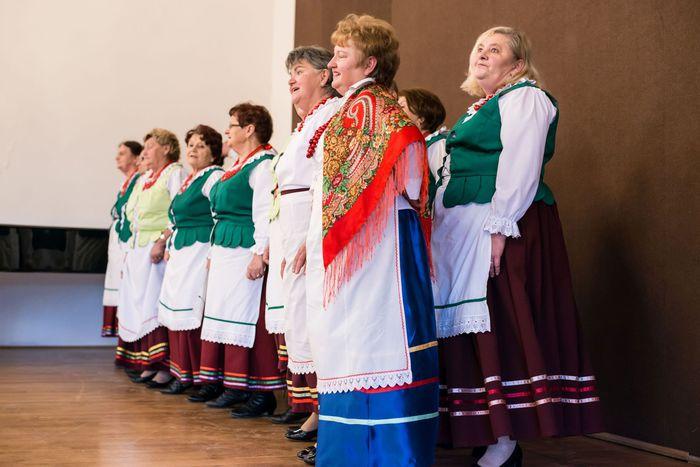 38. Zespół ludowy śpiewa pieśni