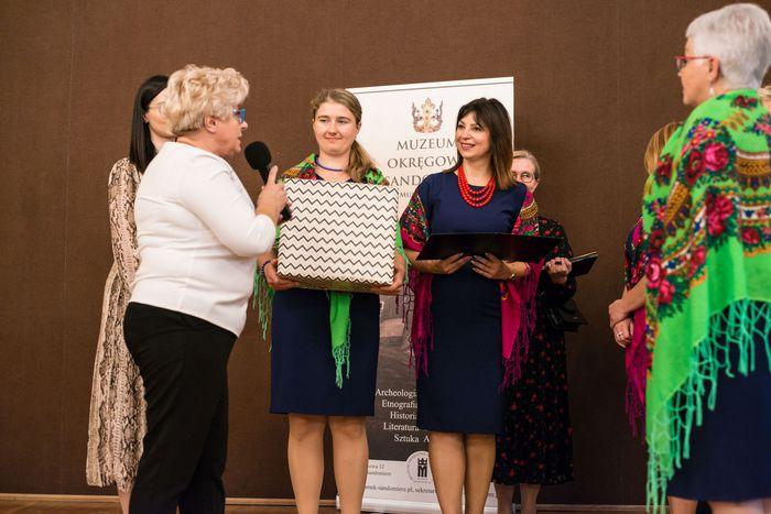 41. Organizatorzy wydarzenia wręczają przedstawicielom gmin upominki za udział w konkursie
