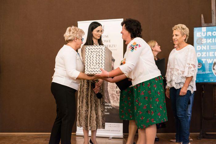 42. Organizatorzy wydarzenia wręczają przedstawicielom gmin upominki za udział w konkursie