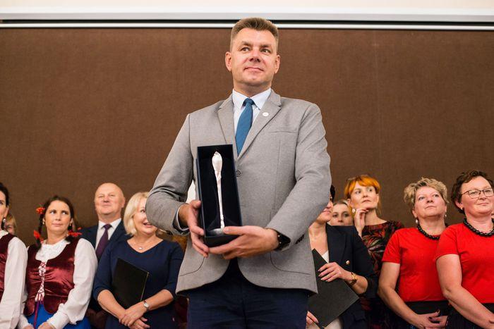 45. Burmistrz Sandomierza przedstawia nagrodę główną - Srebrną Chochlę