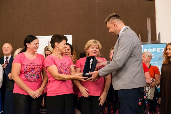 47. Burmistrz Sandomierza wręcza nagrodę główną - Srebrną Chochlę Gminie Zawichost