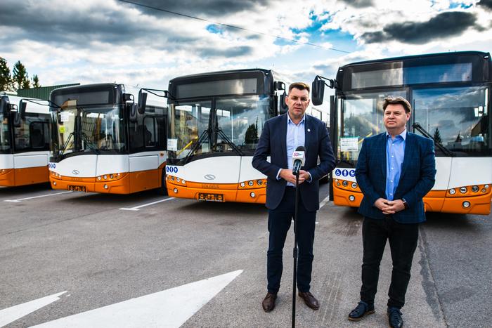 01. Burmistrz Sandomierza omawia szczegóły zakupu pojazdów na ich tle