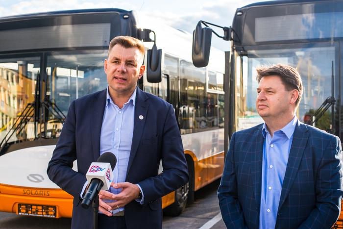 03. Burmistrz Sandomierza omawia szczegóły zakupu pojazdów na ich tle