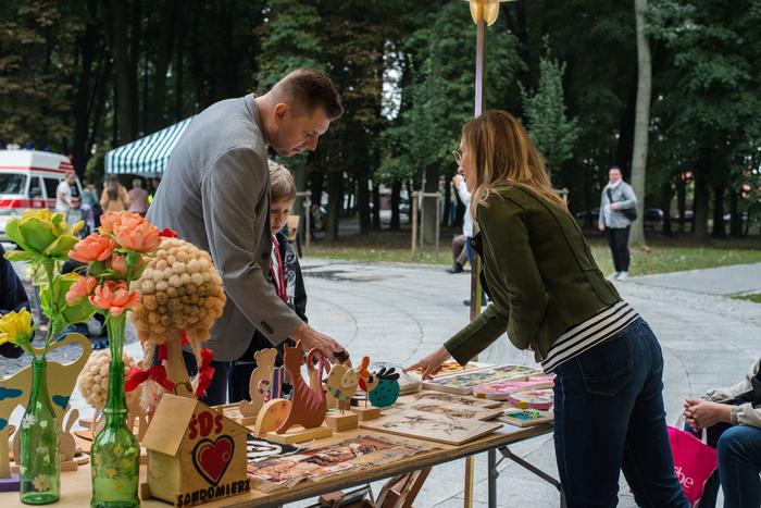 Burmistrz Sandomierza ogląda rękodzieło