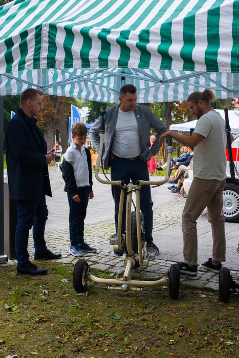 burmistrz Sandomierza rozmawia z wynalazcą