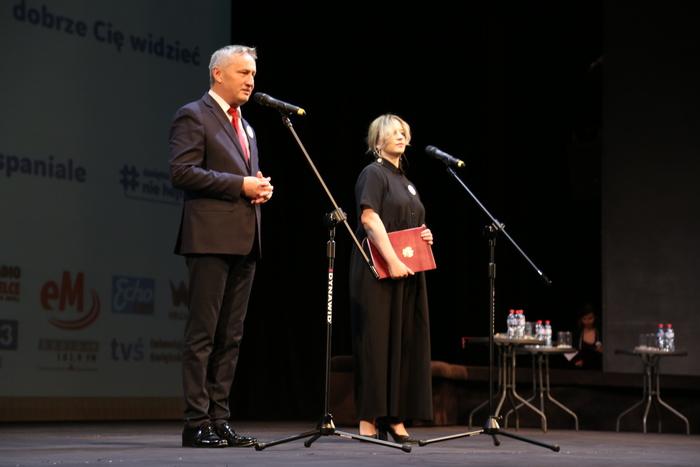 Na scenie przemawia Wojewoda Świętokrzyski Zbigniew Koniusz