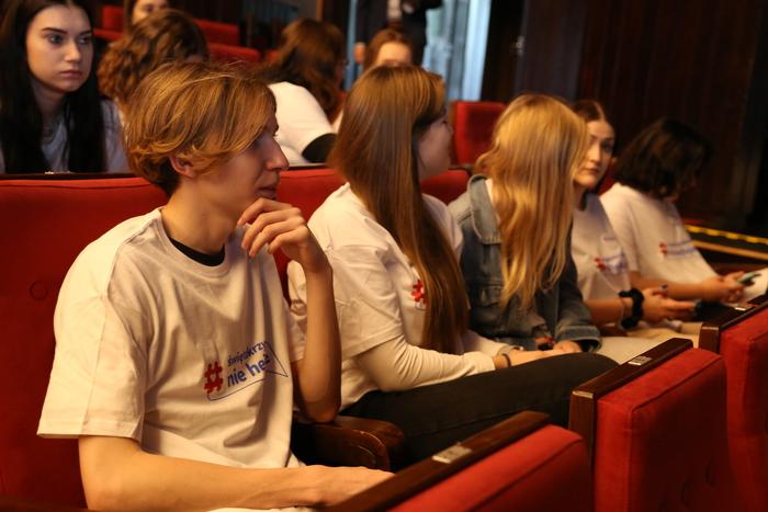 Młodzież uczestniczy w wydarzeniu