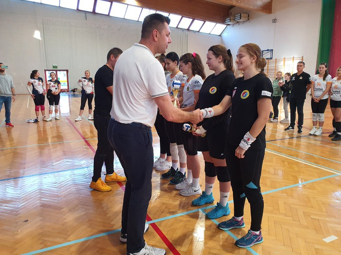 Marcin Marzec Burmistrz Sandomierza wręcza puchary zwyciężczyniom i składa gratulacje.