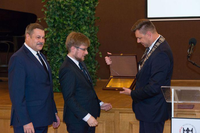 29. Marcin Marzec oraz Wojciech Czerwiec wręczają dyrektorowi nagrodę