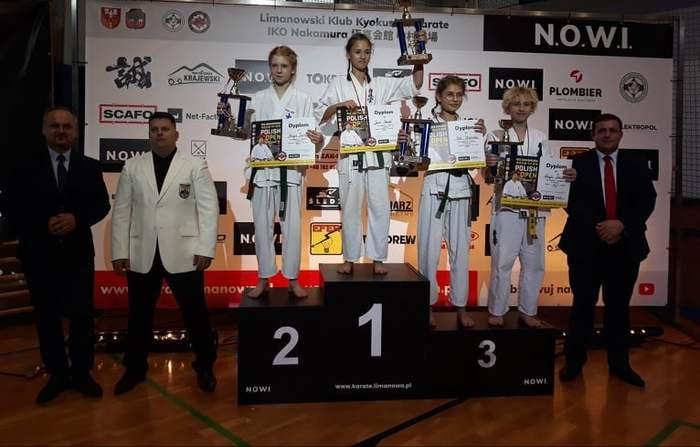Uczestniczki mistrzostw stoją na podium.