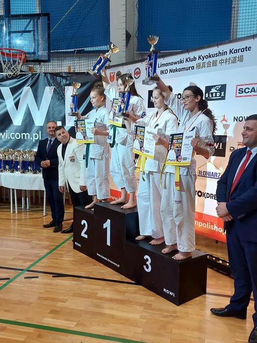 Uczestniczki mistrzostw stoją na podium  .