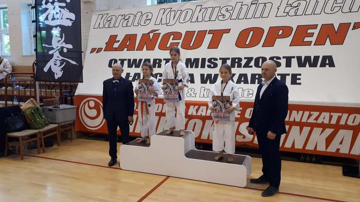 Nagrodzeni uczestnicy stoją na podium.