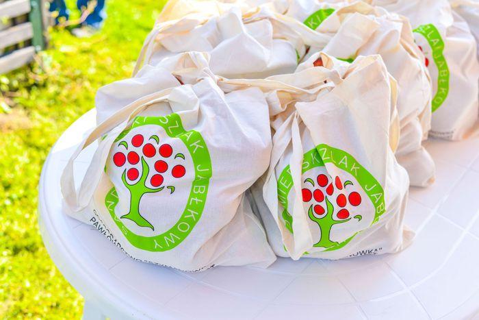 21. Nagrody dla uczestników w postaci toreb z jabłkami