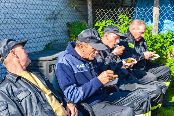 33. Strażacy spożywający posiłek