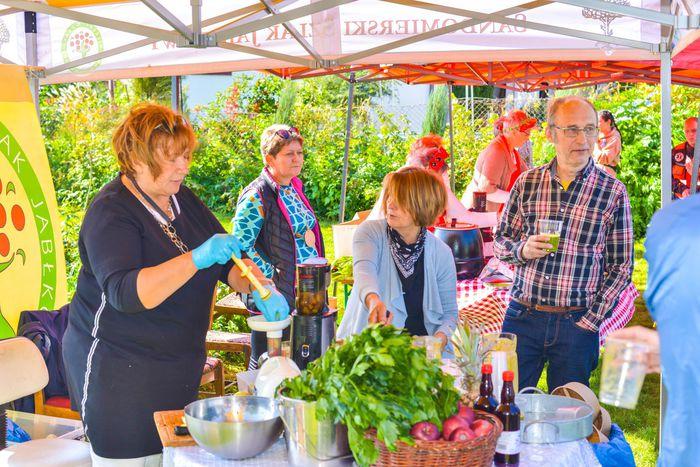 38. Uczestnicy imprezy spożywają posiłek