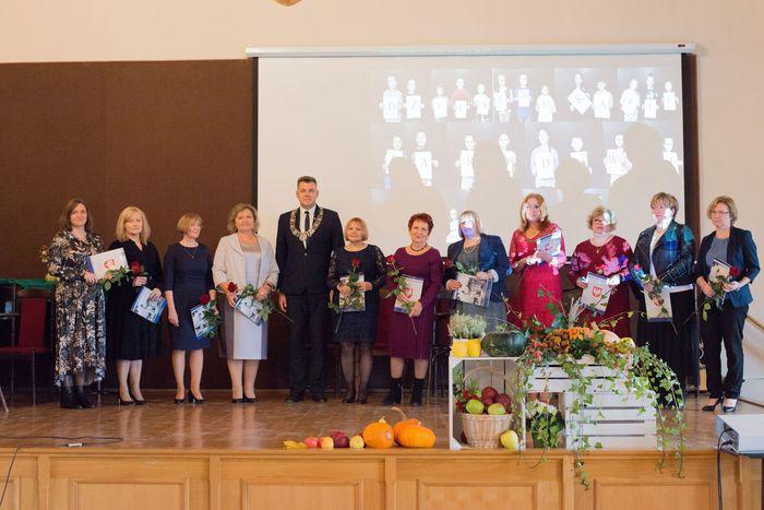 13. Wspólne pamiątkowe zdjęcie nauczycieli z burmistrzem Sandomierza