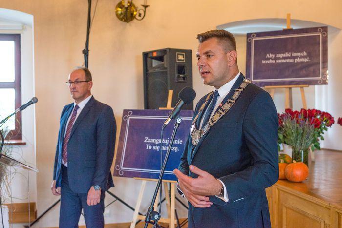 08. Marcin Marzec burmistrz Sandomierza składa podziękowania nauczycielom