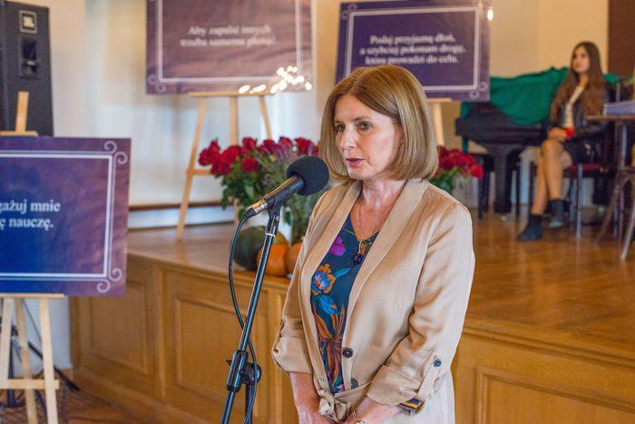 09. Małgorzata Lipa składa podziękowania nauczycielom