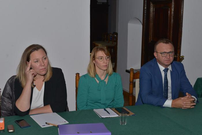03. Siedzący przy stole starosta sandomierski wraz z pracownicami Urzedu Miejskiego w Sandomierzu