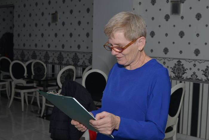 01. Przedstawicielka osób niewidomych prowadzi spotkanie